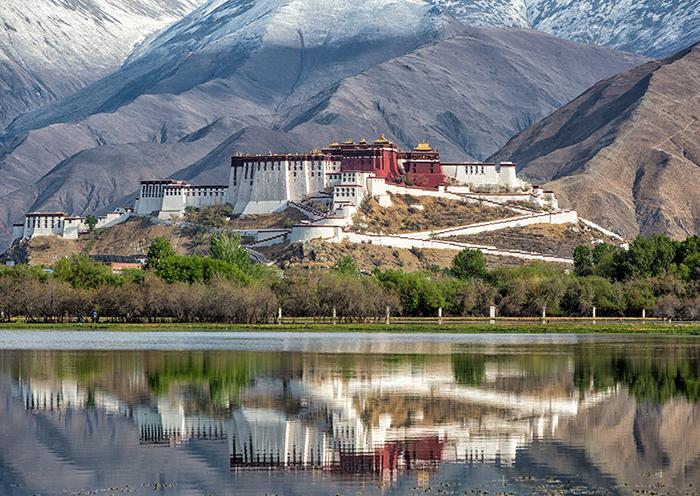 香港坐着火车去西藏看美丽的布达拉宫