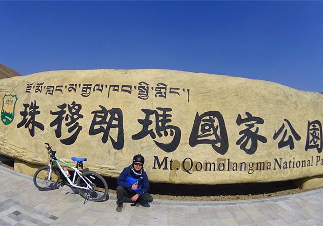游客骑行珠峰大本营旅游